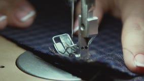 Macro Panning op staal naaiende naald in langzame motie Langzame Motie stock videobeelden