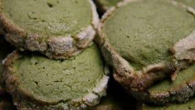 Macro panorama vers le bas sur la série de biscuits sablés verts clips vidéos