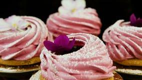 Macro panorama vers le bas sur le petit groupe de biscuits roses de guimauve banque de vidéos