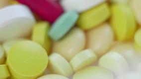 Macro panorama vertical de plan rapproché des pilules, des Tablettes, des capsules et des drogues médicales banque de vidéos