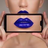 Macro perfecte lippenmake-up Macrofoto van de gezichtsdetails Lippenstiftschaduwen van rood Polijst lippen royalty-vrije stock foto