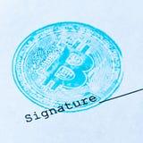 Macro Photo carrée Le concept de tout document financier virtuel avec une crypto devise Timbre et signature bleus de bitcoin sur  Photo libre de droits