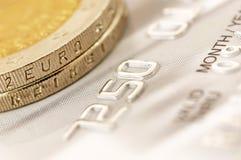 Euro pièces de monnaie avec la carte de crédit Photos libres de droits