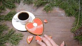 Macro photo de la nourriture art Coeur cassé Arbre de sapin, une tasse de café frais-brassé et gingersnaps en forme de coeur plac clips vidéos