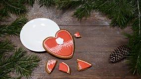 Macro photo de la nourriture art Coeur cassé Arbre de sapin, une tasse de café frais-brassé et gingersnaps en forme de coeur plac banque de vidéos