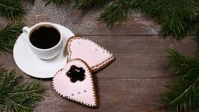 Macro photo de la nourriture art Concept bonjour L'arbre de sapin comme cadre, la tasse de café et 2 gingersnaps en forme de coeu clips vidéos