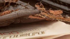 Macro photo de vieux portefeuille brun d?chir? avec des factures d'argent photo stock