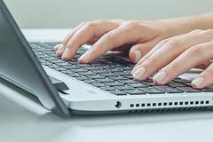 Macro photo des mains femelles dactylographiant sur l'ordinateur portable Travail de femme d'affaires Images stock