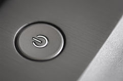 Macro photographie d'un bouton argenté de pouvoir Image libre de droits