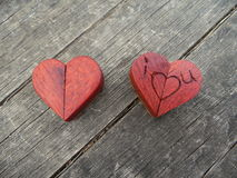 Macro photographie de deux coeurs en bois Photos libres de droits