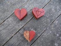 Macro photographie de plusieurs coeurs en bois Image libre de droits