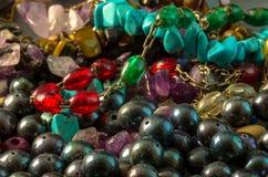 Macro photographie des bracelets colorés et des perles noires Photos stock