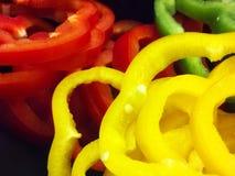 Macro piacevole dei peperoni dolci affettati su fondo nero Fotografia Stock