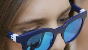 Macro piccola ragazza mora in vetri moderni con l'orlo di plastica archivi video