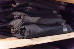 Macro pile de photo de blues-jean au magasin de vêtements décontractés en Amérique photographie stock