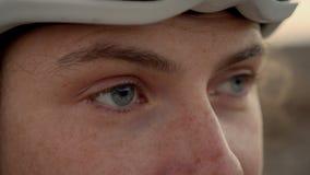 Macro plan rapproché des yeux femelles de cycliste clips vidéos