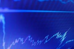 Macro plan rapproché Graphique financier sur un écran de moniteur d'ordinateur Graphique marchand du marché ou de forex photographie stock libre de droits