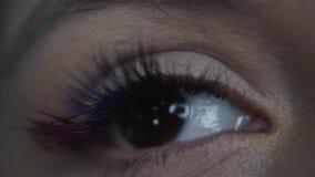 Macro portrait de plan rapproché d'oeil femelle L'oeil humain d'une femme avec le maquillage de jour de beauté et les longs cils banque de vidéos