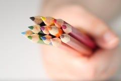 Macro potlood dat in cluster wordt gehouden Stock Afbeeldingen