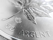 Macro próximo acima de uma moeda pura do lingote de prata imagens de stock royalty free