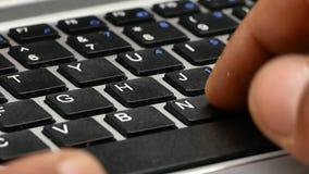 Macro presse de dactylographie d'ordinateur portable écrire 4k banque de vidéos