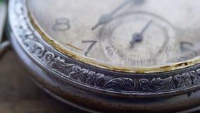 Macro primo piano d'annata dell'orologio da tasca video d archivio