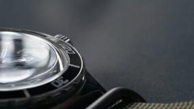 Macro primo piano di un orologio d'immersione con il fuoco sulla seconda mano L'orologio è situato su un fondo grigio video d archivio