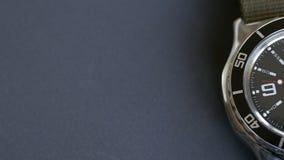 Macro primo piano di un orologio d'immersione con il fuoco sulla seconda mano L'orologio ? situato su un fondo grigio video d archivio
