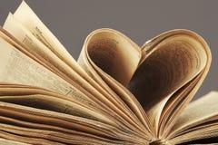 Macro projectile de coeur dans le vieux livre Image libre de droits