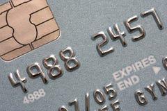 Macro projectile de la puce et de la broche par la carte de crédit Photos libres de droits