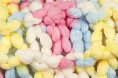 Macro projectile des laines tricotées ou du filé de couleur en pastel Photos stock