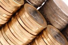 Macro projectile des pièces de monnaie organisées dans les fléaux et les lignes image libre de droits