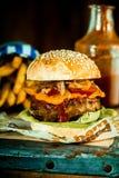 Macro quarto Mouthwatering Pounder dell'hamburger Immagine Stock Libera da Diritti
