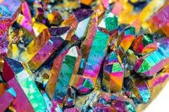 Macro quarzo di titanio di pietra minerale, fiamma Aura Quartz su un briciolo immagine stock