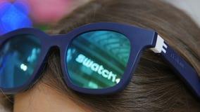 Macro ragazza castana con gli occhiali da sole alla moda sulla testa archivi video