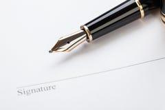 Macro riempitore della penna del contratto del documento del segno del primo piano immagini stock