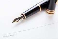 Macro riempitore della penna del contratto del documento del segno del primo piano Fotografia Stock