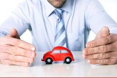Macro rode stuk speelgoed auto en zakenmanhanden Royalty-vrije Stock Foto