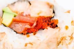 Macro rossa del caviale sui sushi Fotografie Stock Libere da Diritti