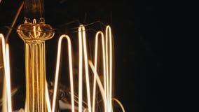Macro Spiraalvormige wijnoogst een gloeilamp Edison Verlicht langzaam naast de vrije ruimte voor titels stock video