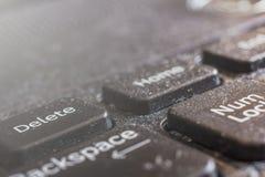 Macro sporca della tastiera del computer portatile, parte anteriore e fondo posteriore vaghi fotografia stock libera da diritti