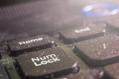 Macro sujo do teclado do portátil, parte dianteira e fundo traseiro borrados foto de stock royalty free