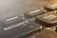 Macro sujo do teclado do portátil, parte dianteira e fundo traseiro borrados fotos de stock