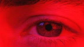 Macro sull'occhio dell'uomo che esprime espressione seria ed inespressiva archivi video