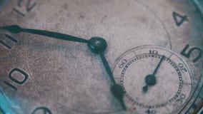 Macro tempo d'annata dell'orologio da tasca che va velocemente stock footage