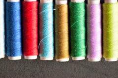 Macro texture de fond des fils de couture colorés Images libres de droits