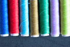 Macro texture de fond des fils de couture colorés Photographie stock