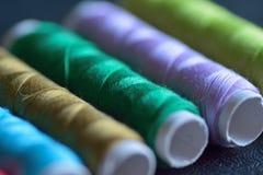 Macro texture de fond des fils de couture colorés Images stock