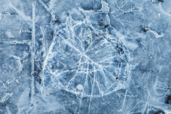 Macro texture modifiée la tonalité bleue de fond de glace cassée Images stock