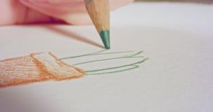 Macro tir d'un dessin coloré d'astuce de crayon sur le papier banque de vidéos
